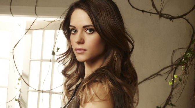 LYNDSY FONSECA SE UNE A DOWN DOG (AMAZON)