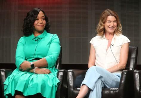 Shonda Rhimes y Ellen Pompeo en el panel de TGIT (ABC).