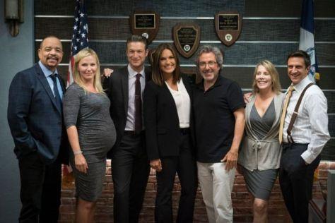 Warren Leight junto al elenco de Law & Order SVU.